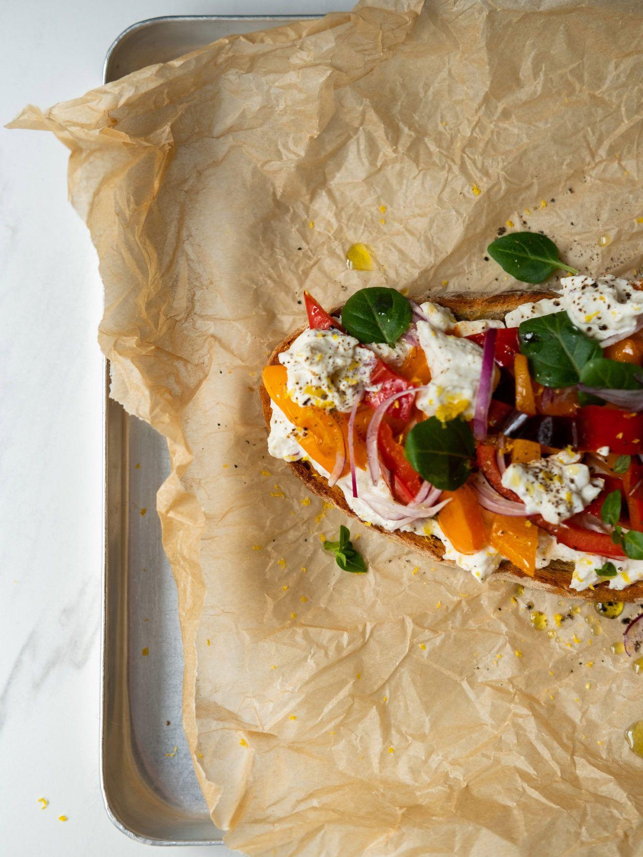 Rezept Sandwich mit Zitronenricotta und gegrillter Paprika, Basilikum Zitronenzeste