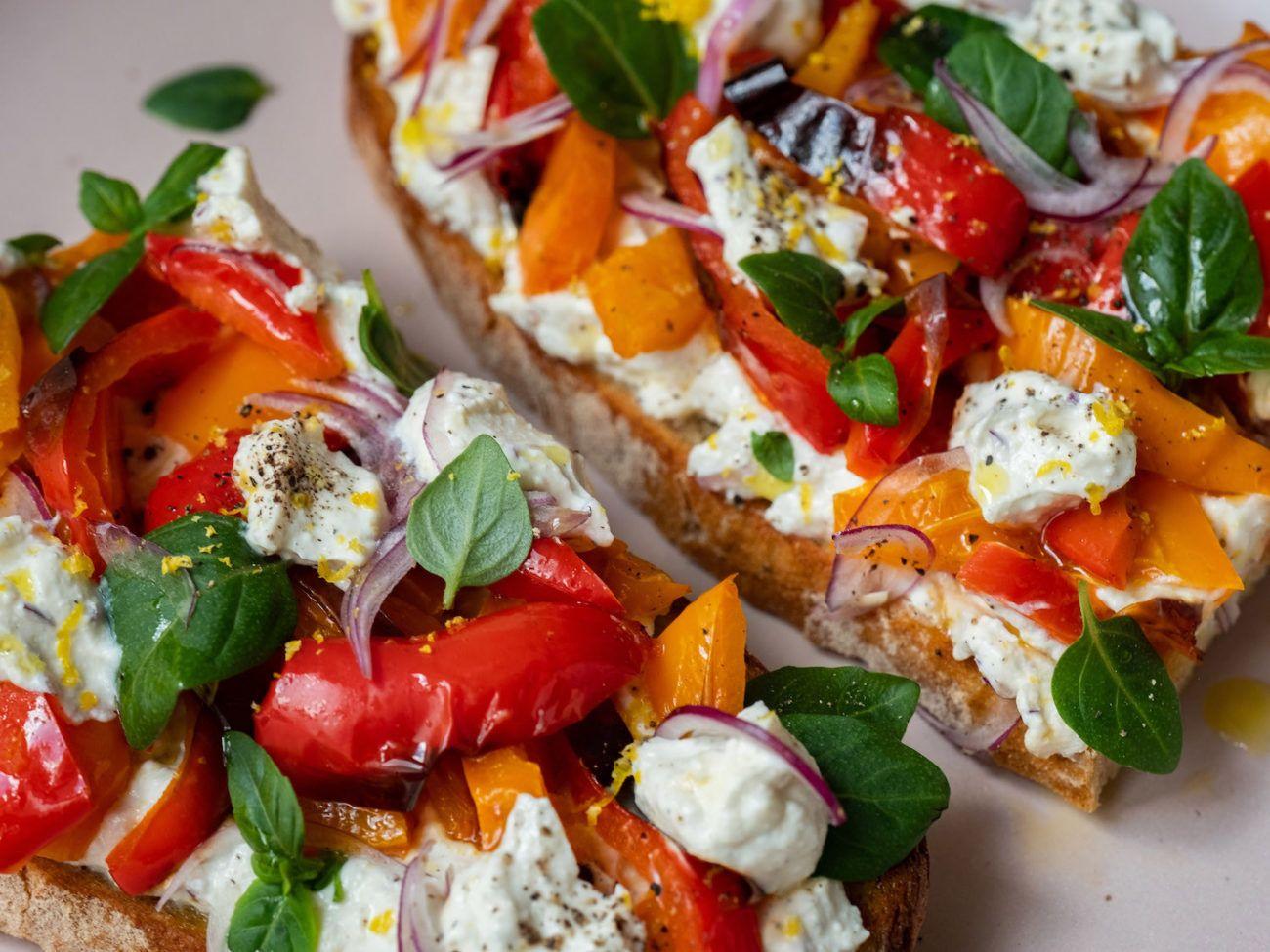 Rezept Sandwich mit Zitronenricotta und gegrillter Paprika, Sauerteigbrot, Basilikum, Zitronenzeste, Pfeffer