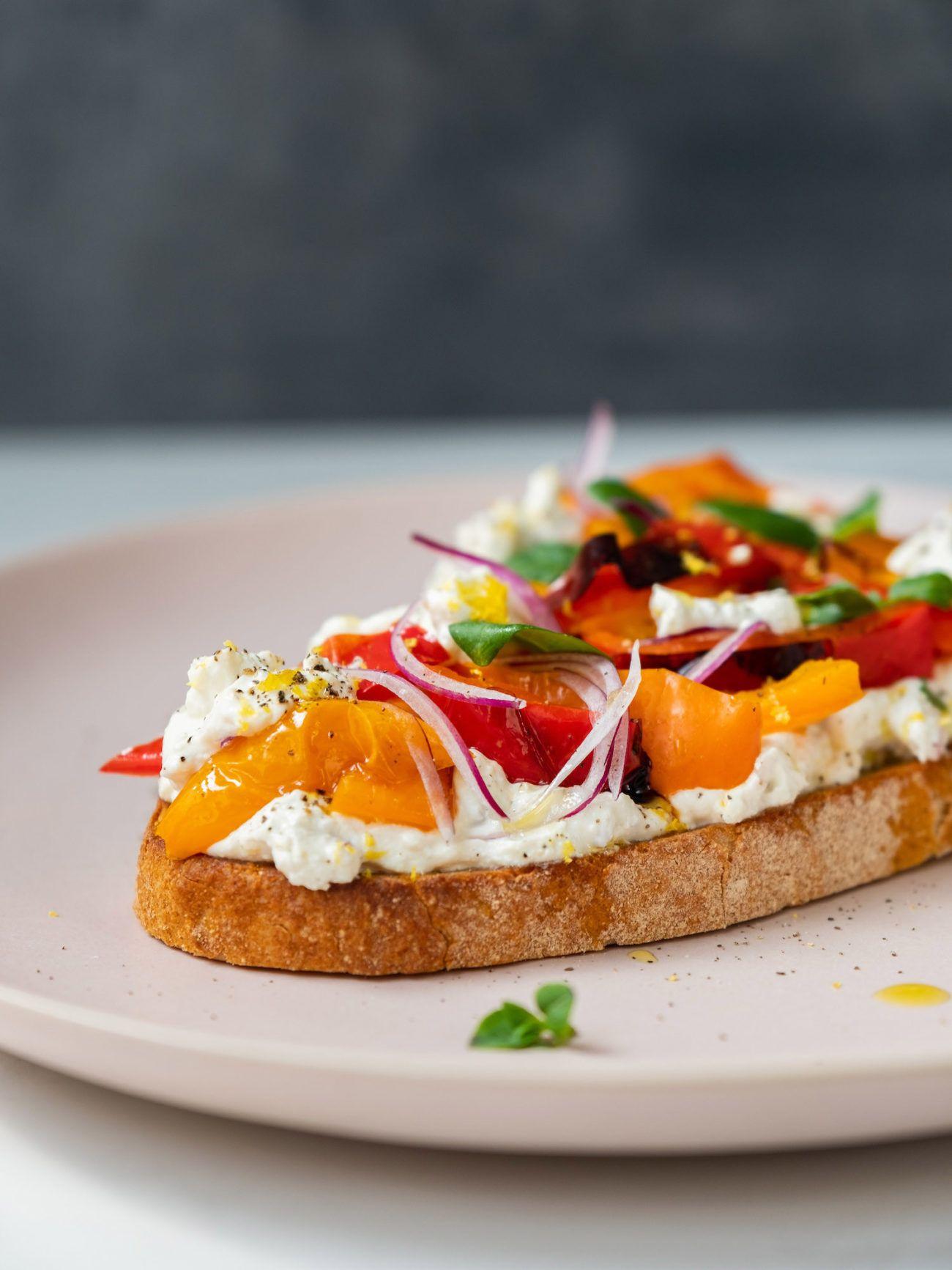 Rezept Sandwich mit Zitronenricotta und gegrillter Paprika, Sauerteigbrot, Olivenöl, Basilikum
