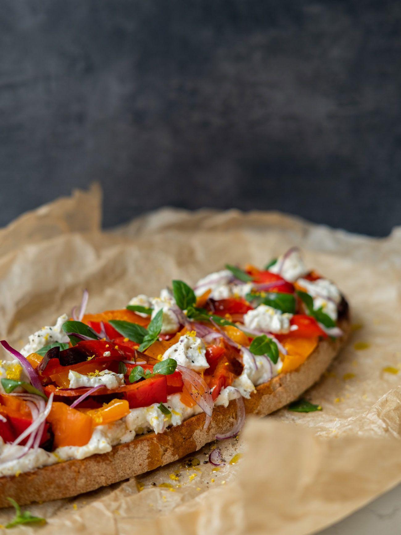 Rezept Sandwich mit Zitronenricotta und gegrillter Paprika, rote Zwiebel, Backpapier