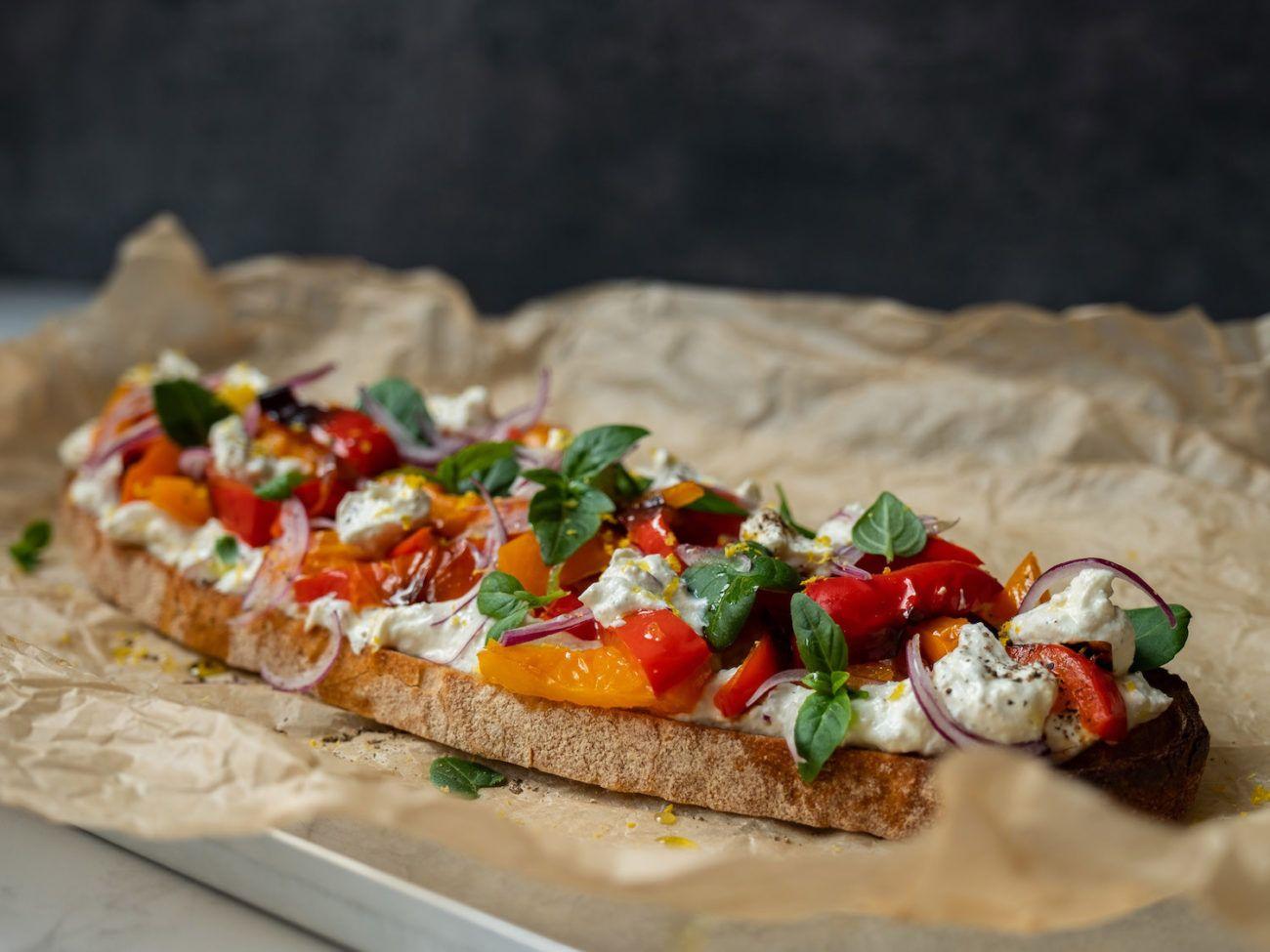Rezept Sandwich mit Zitronenricotta und gegrillter Paprika, rote Zwiebeln, Backpapier