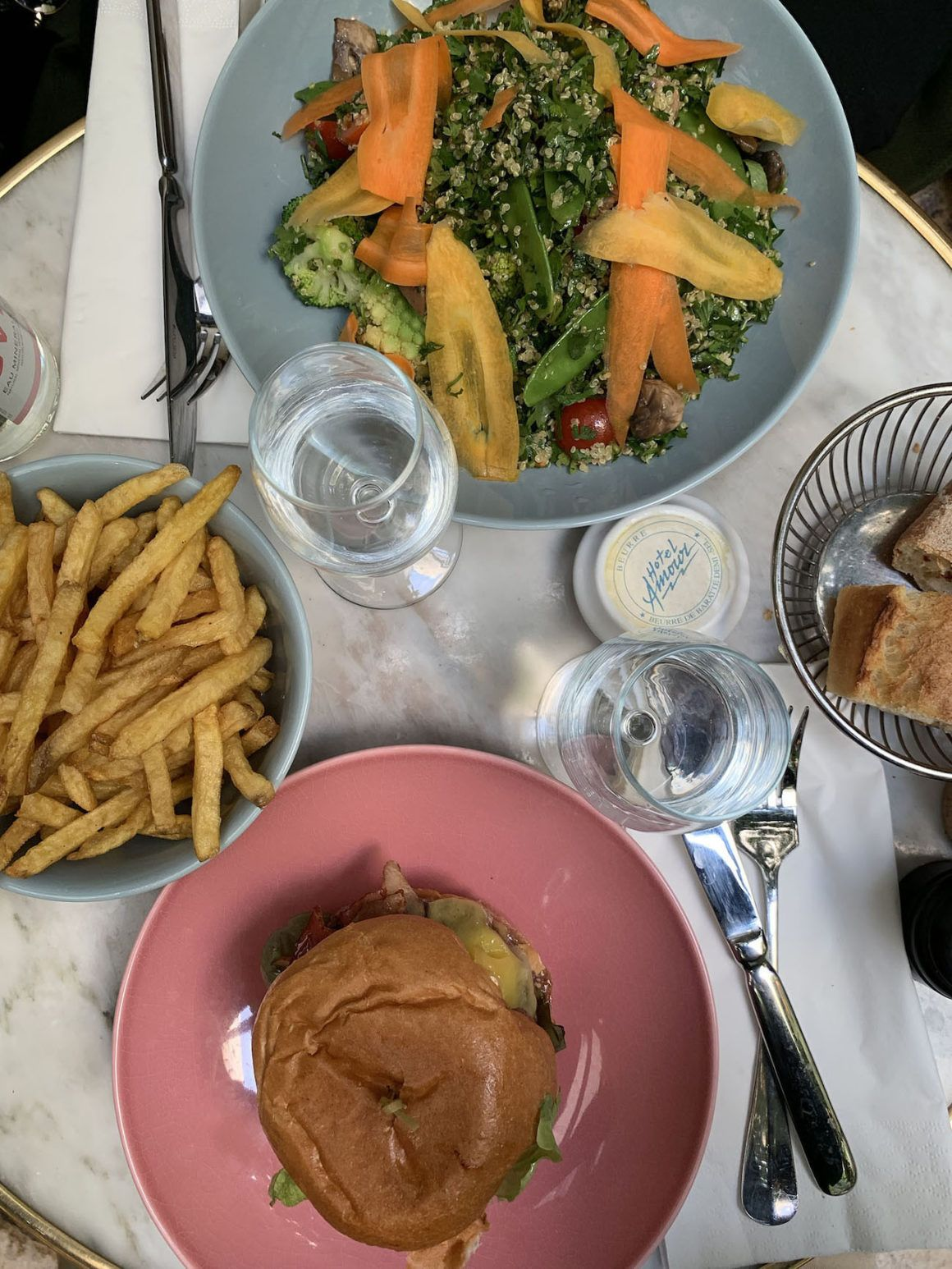 Foodblog About Fuel, Paris, Lunch, Burger, Salat