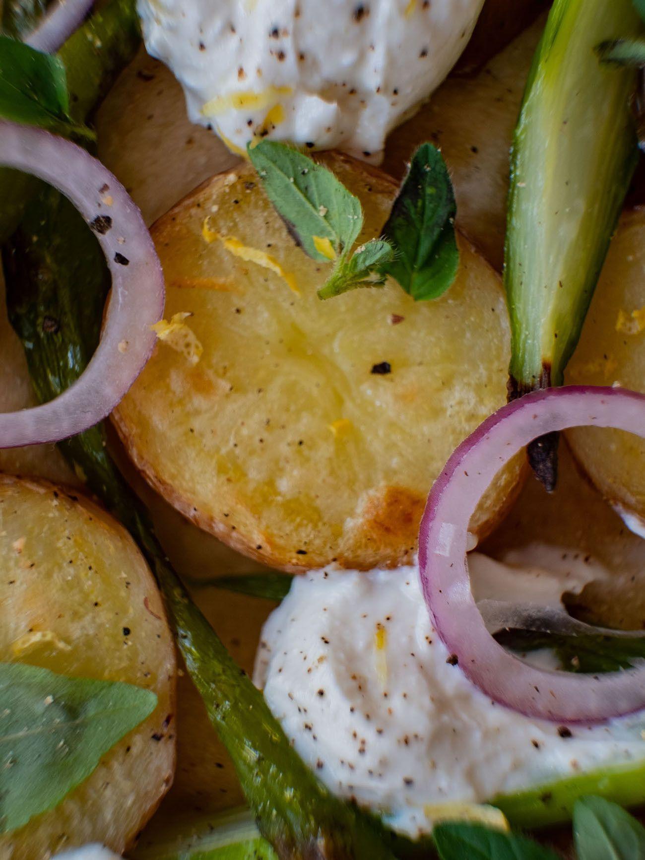 Foodblog About Fuel, Rezept Frühlingspizza mit grünerm Spargel, Frühkartoffeln und Ricotta, Basilikum, Pfeffer, rote Zwiebel