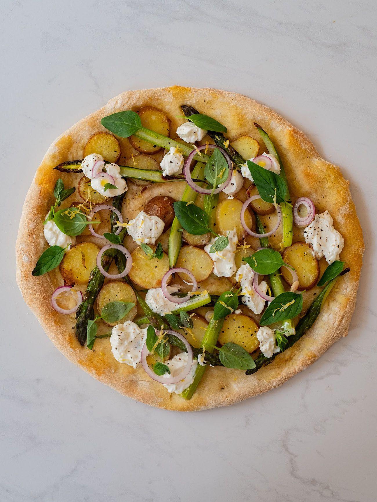Foodblog About Fuel, Rezept Frühlingspizza mit grünerm Spargel, Frühkartoffeln und Ricotta, Oregano, Basilikum, Zitronenschale