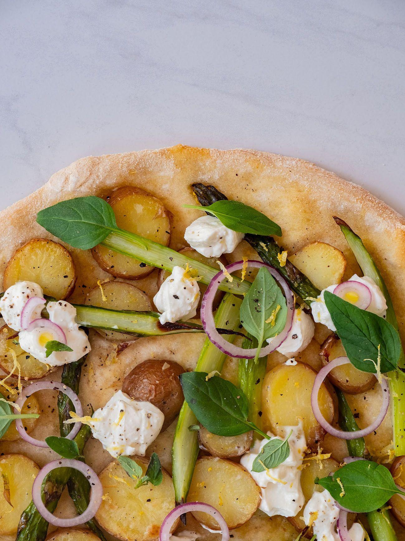 Foodblog About Fuel, Rezept Frühlingspizza mit grünerm Spargel, Frühkartoffeln und Ricotta, Oregano, Pfeffer, rote Zwiebel