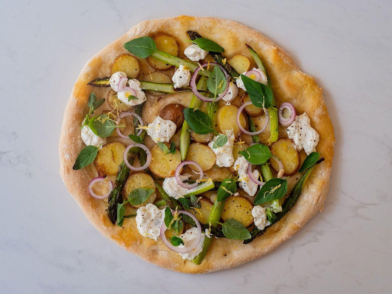 Foodblog About Fuel, Rezept Frühlingspizza mit grünerm Spargel, Frühkartoffeln und Ricotta, Oregano, rote Zwiebel
