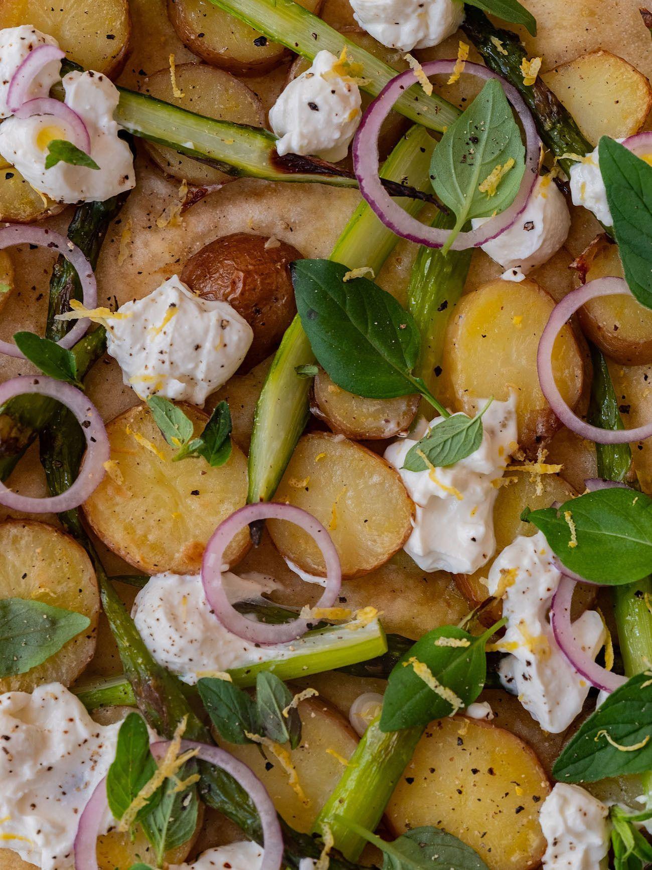 Foodblog About Fuel, Rezept Frühlingspizza mit grünerm Spargel, Frühkartoffeln und Ricotta, Pfeffer, Oregano