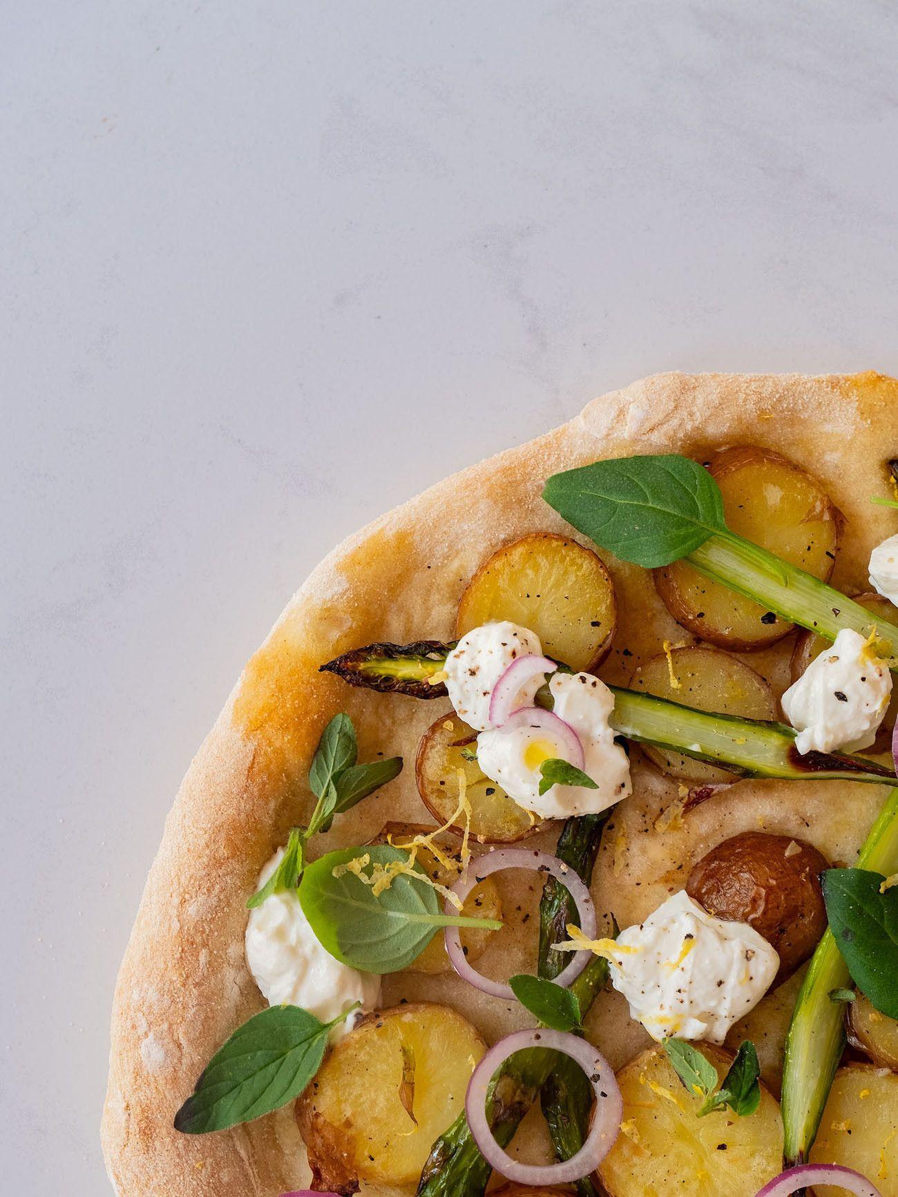 Foodblog About Fuel, Rezept Frühlingspizza mit grünerm Spargel, Frühkartoffeln und Ricotta, Pfeffer