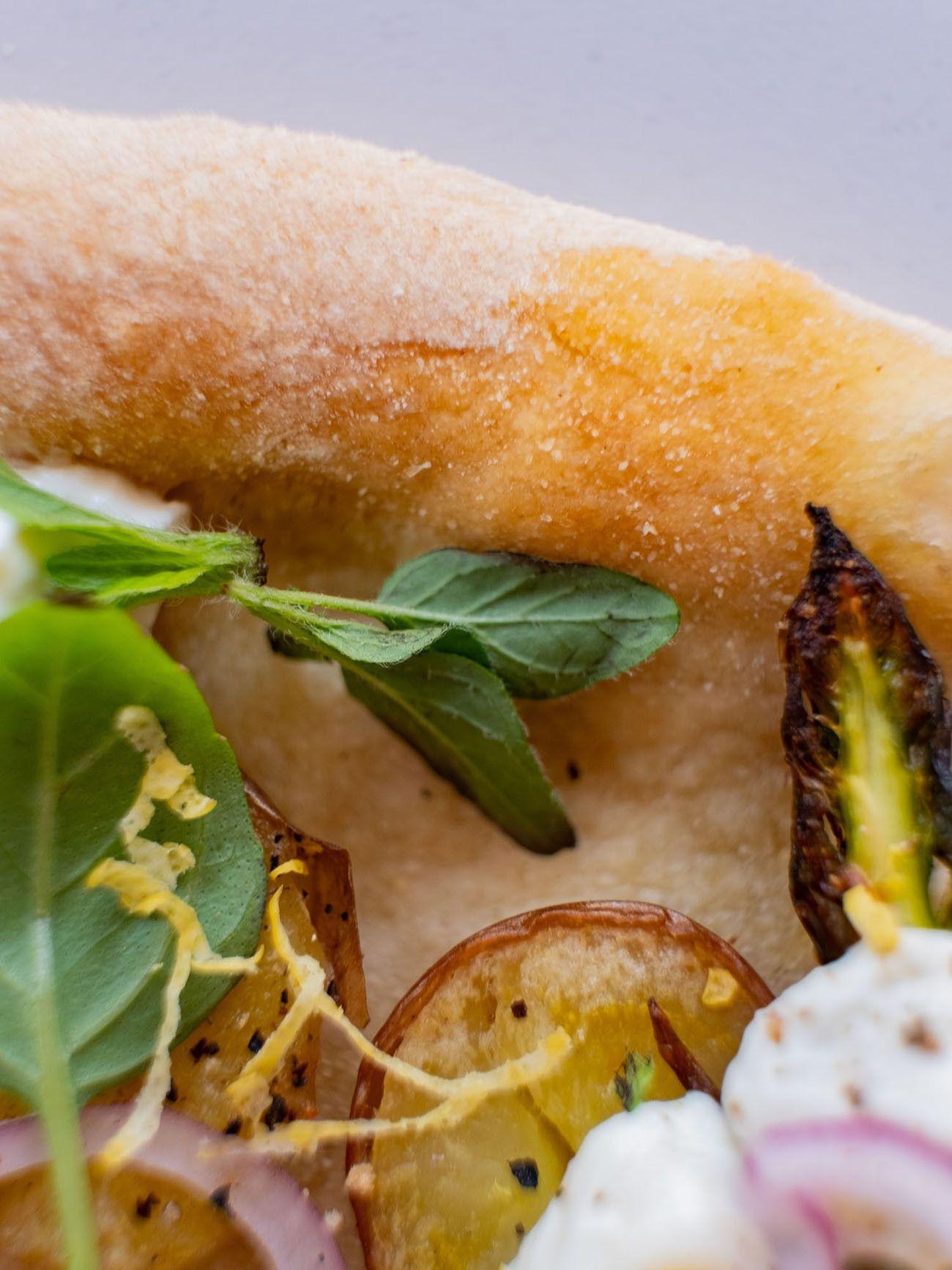 Foodblog About Fuel, Rezept Frühlingspizza mit grünerm Spargel, Frühkartoffeln und Ricotta, Teig, Oregano