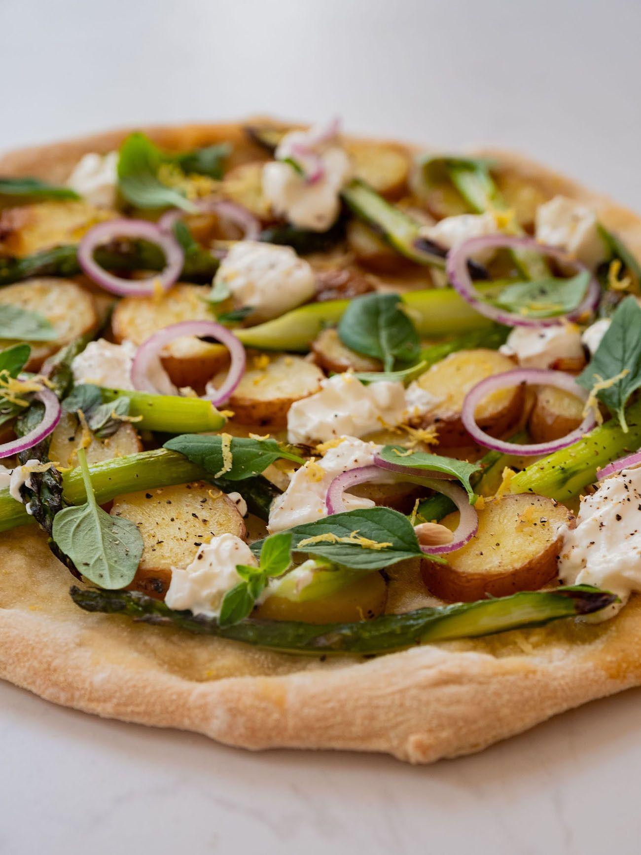 Foodblog About Fuel, Rezept Frühlingspizza mit grünerm Spargel, Frühkartoffeln und Ricotta, Zitronenschale, Basilikum, Oregano, Pfeffer