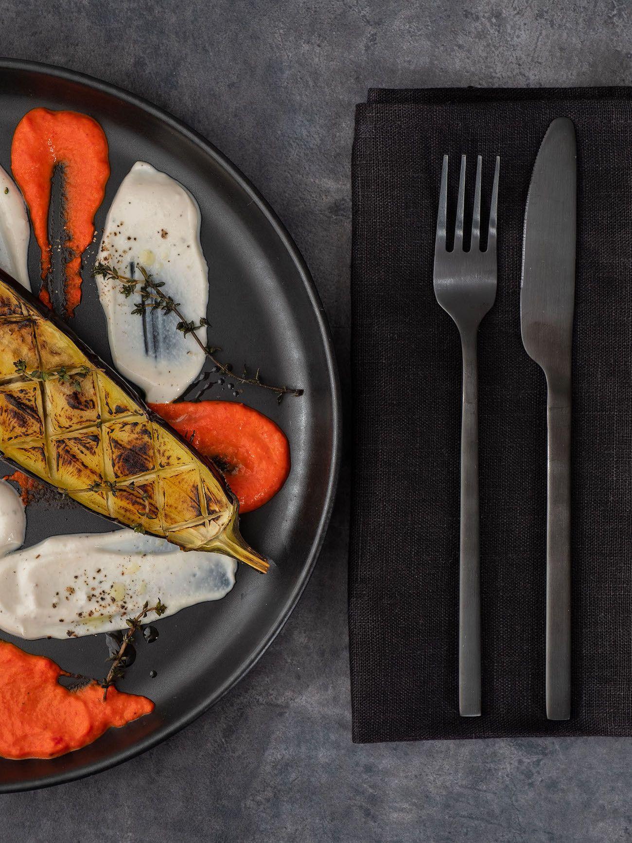 Foodblog About Fuel, Rezept Gegrillte Aubergine mit Joghurt-Tahin Soße und Paprika Dip, Besteck, Teller