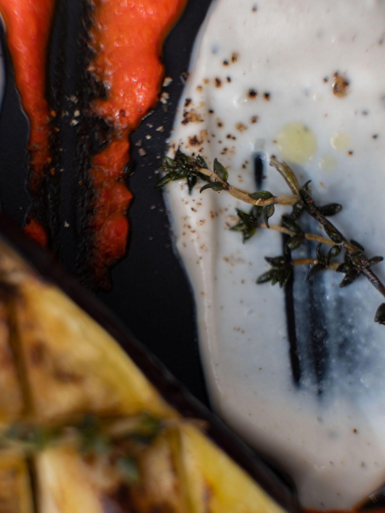 Foodblog About Fuel, Rezept Gegrillte Aubergine mit Joghurt-Tahin Soße und Paprika Dip, Olivenöl, Thymian