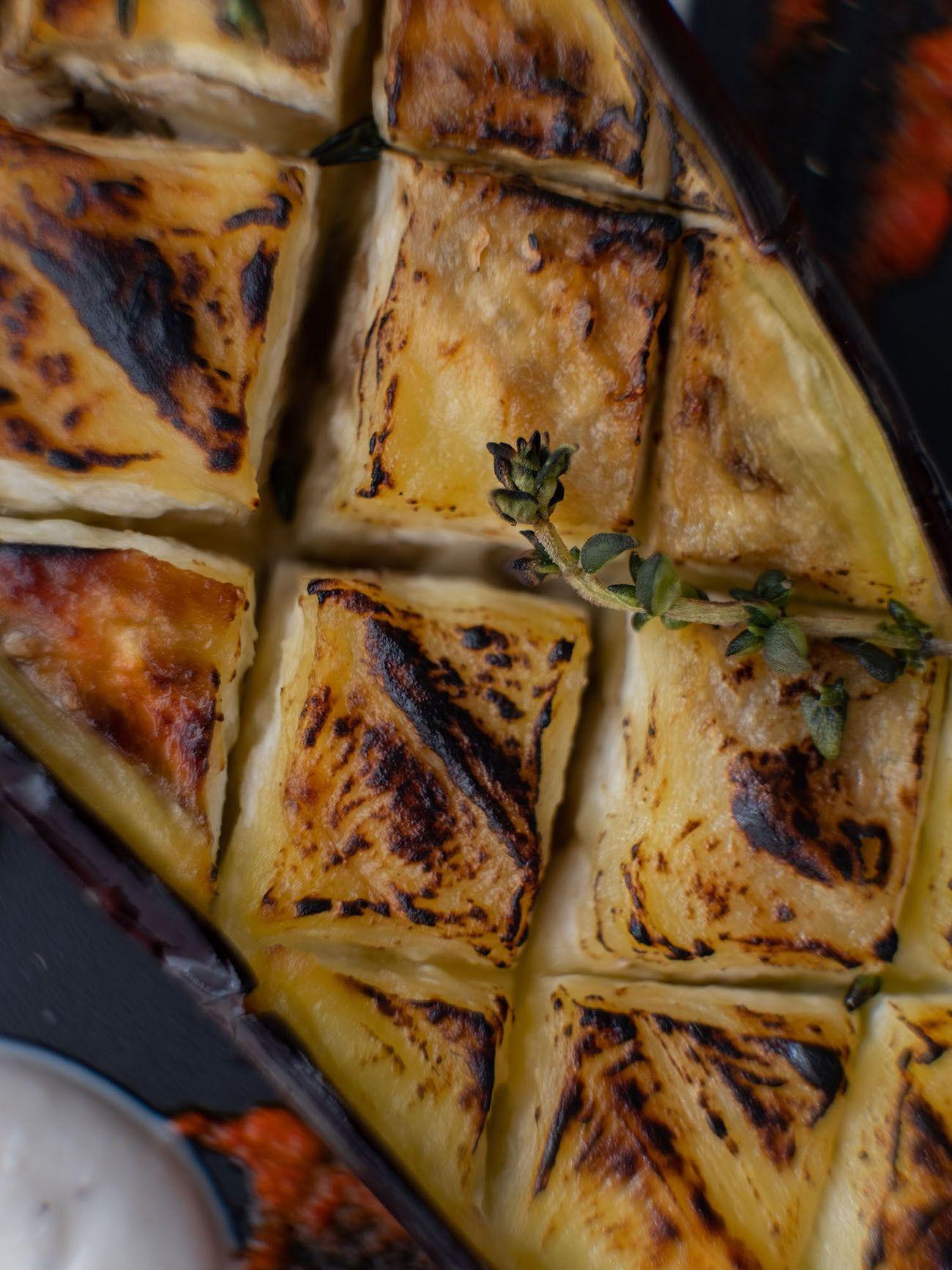 Foodblog About Fuel, Rezept Gegrillte Aubergine mit Joghurt-Tahin Soße und Paprika Dip, Röststelle, Thymian