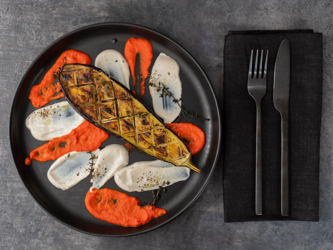 Foodblog About Fuel, Rezept Gegrillte Aubergine mit Joghurt-Tahin Soße und Paprika Dip, Serviette, Teller, Besteck