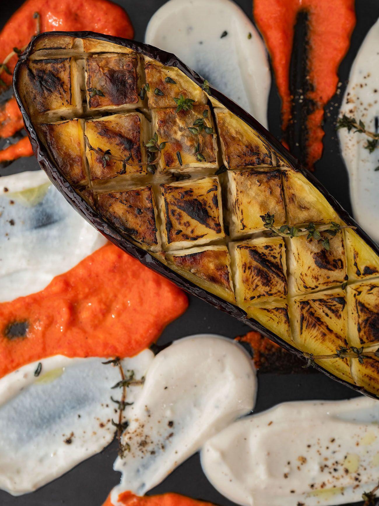Foodblog About Fuel, Rezept Gegrillte Aubergine mit Joghurt-Tahin Soße und Paprika Dip, Thymian, Pfeffer