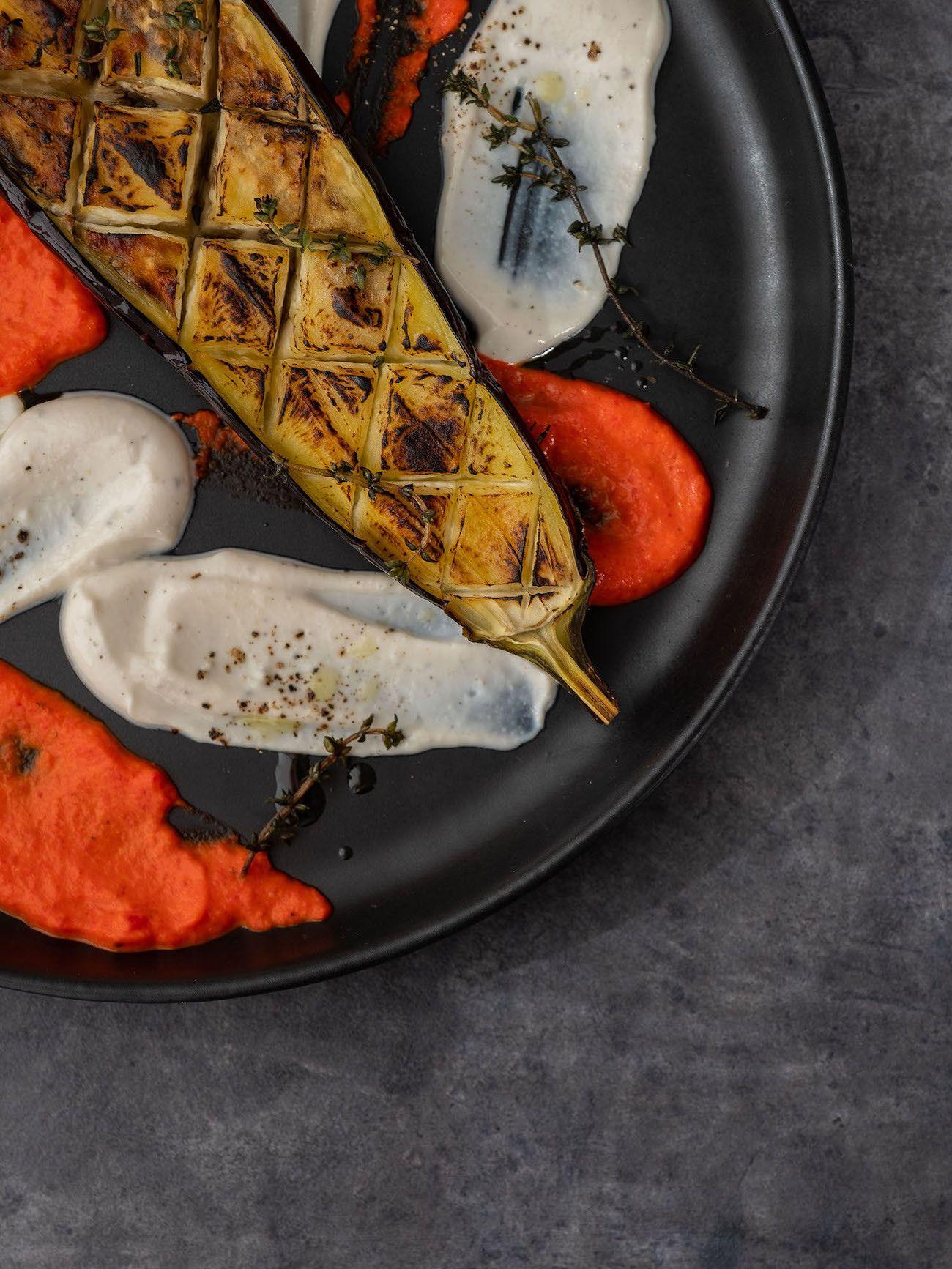 Foodblog About Fuel, Rezept Gegrillte Aubergine mit Joghurt-Tahin Soße und Paprika Dip, Thymian, Teller, Foodart