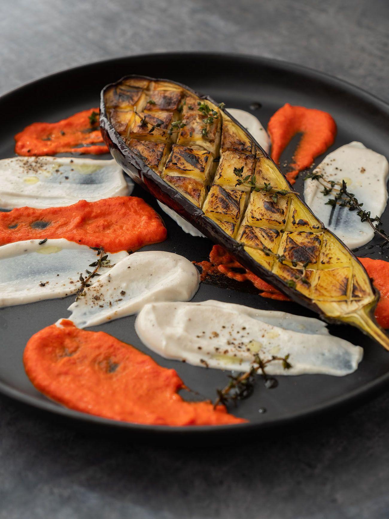 Foodblog About Fuel, Rezept Gegrillte Aubergine mit Joghurt-Tahin Soße und Paprika Dip, Thymian, Teller
