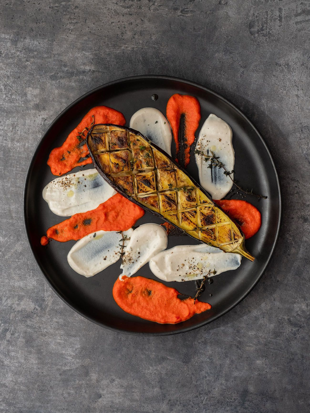 Foodblog About Fuel, Rezept Gegrillte Aubergine mit Joghurt-Tahin Soße und Paprika Dip, Vorspeise, Teller, Foodart