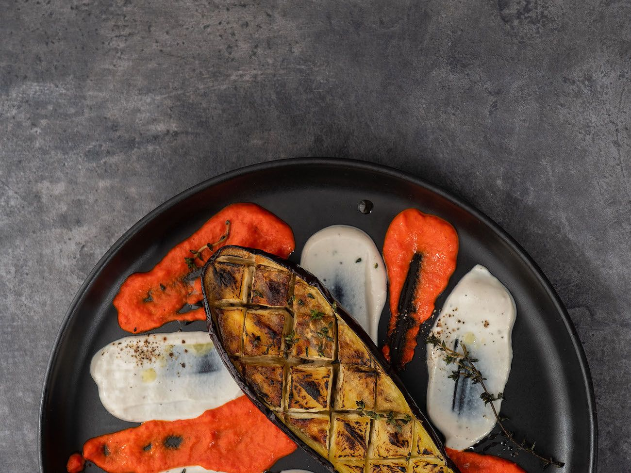 Foodblog About Fuel, Rezept Gegrillte Aubergine mit Joghurt-Tahin Soße und Paprika Dip, Vorspeise, Teller, Pfeffer