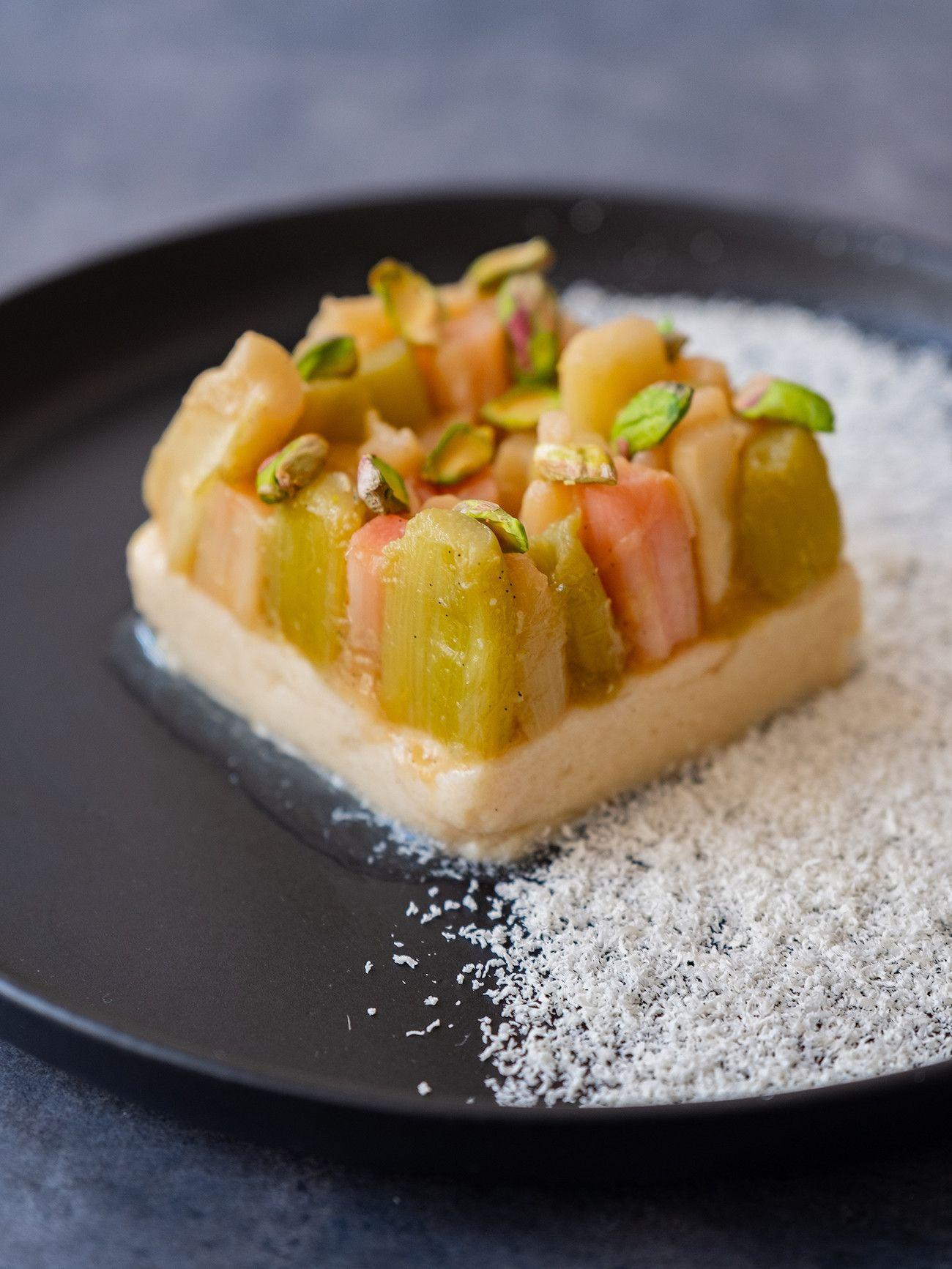 Foodblog About Fuel, Rezept Grießpudding Schnitte mit weißer Schokolade und Vanille-Rhabarber, Dessert