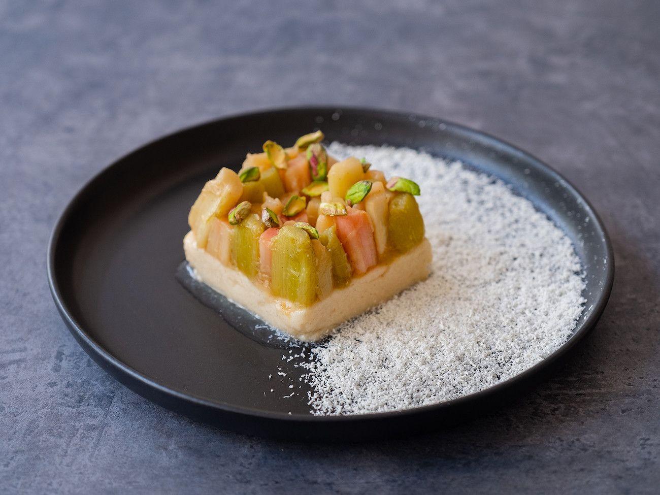 Foodblog About Fuel, Rezept Grießpudding Schnitte mit weißer Schokolade und Vanille-Rhabarber, Nachtisch, Pistazien