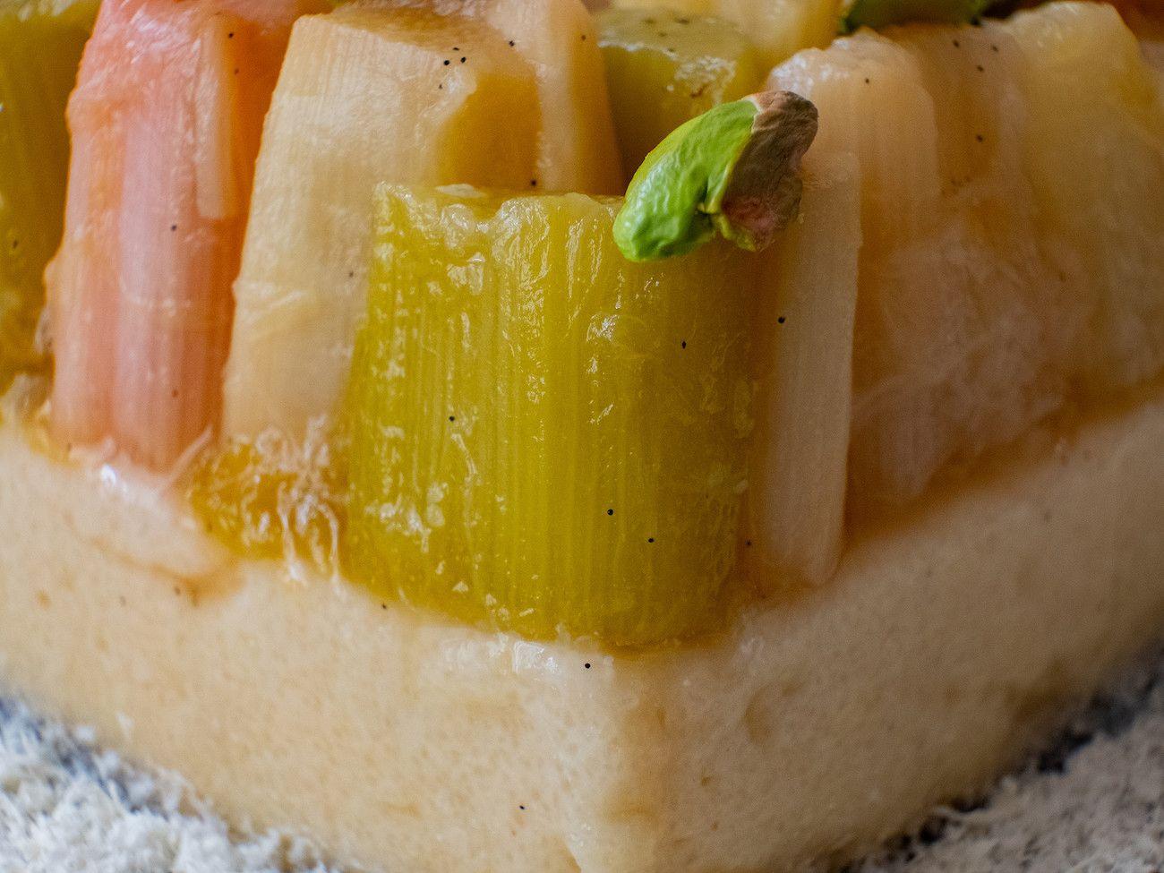 Foodblog About Fuel, Rezept Grießpudding Schnitte mit weißer Schokolade und Vanille-Rhabarber, Pistazie, Nachtisch,