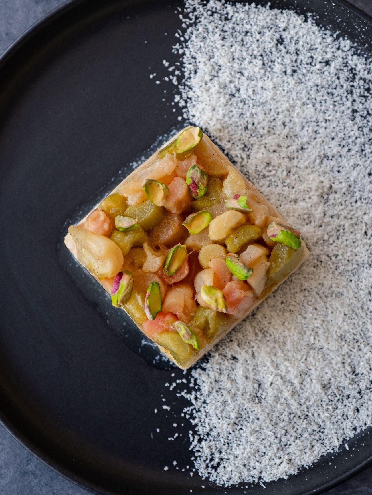 Foodblog About Fuel, Rezept Grießpudding Schnitte mit weißer Schokolade und Vanille-Rhabarber, Schokoraspel, Pistazien