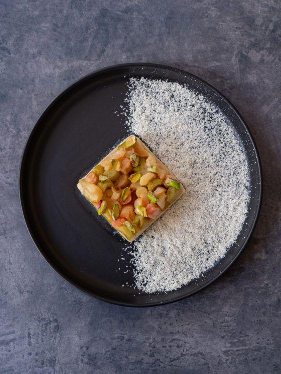 Foodblog About Fuel, Rezept Grießpudding Schnitte mit weißer Schokolade und Vanille-Rhabarber, Teller, Eva Solo