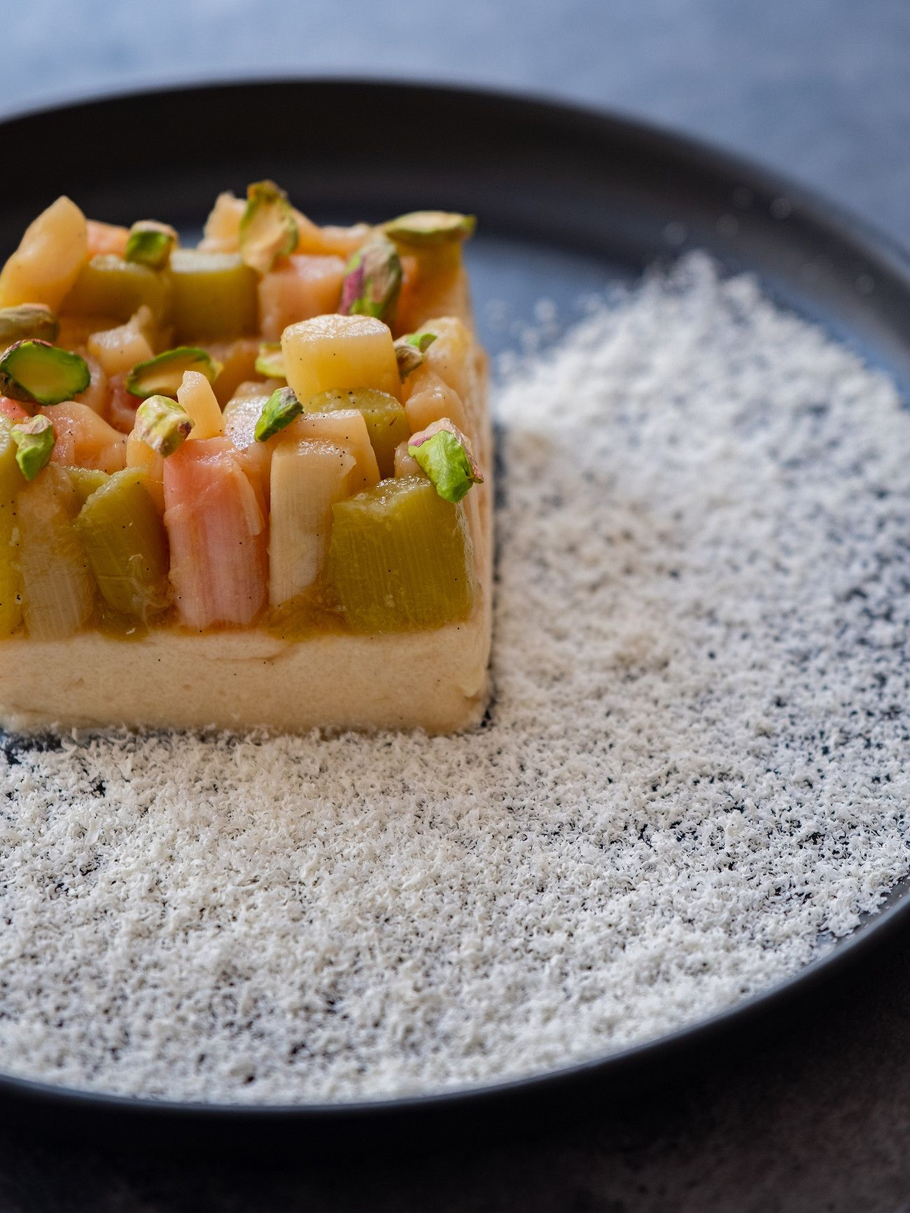 Foodblog About Fuel, Rezept Grießpudding Schnitte mit weißer Schokolade und Vanille-Rhabarber, Teller