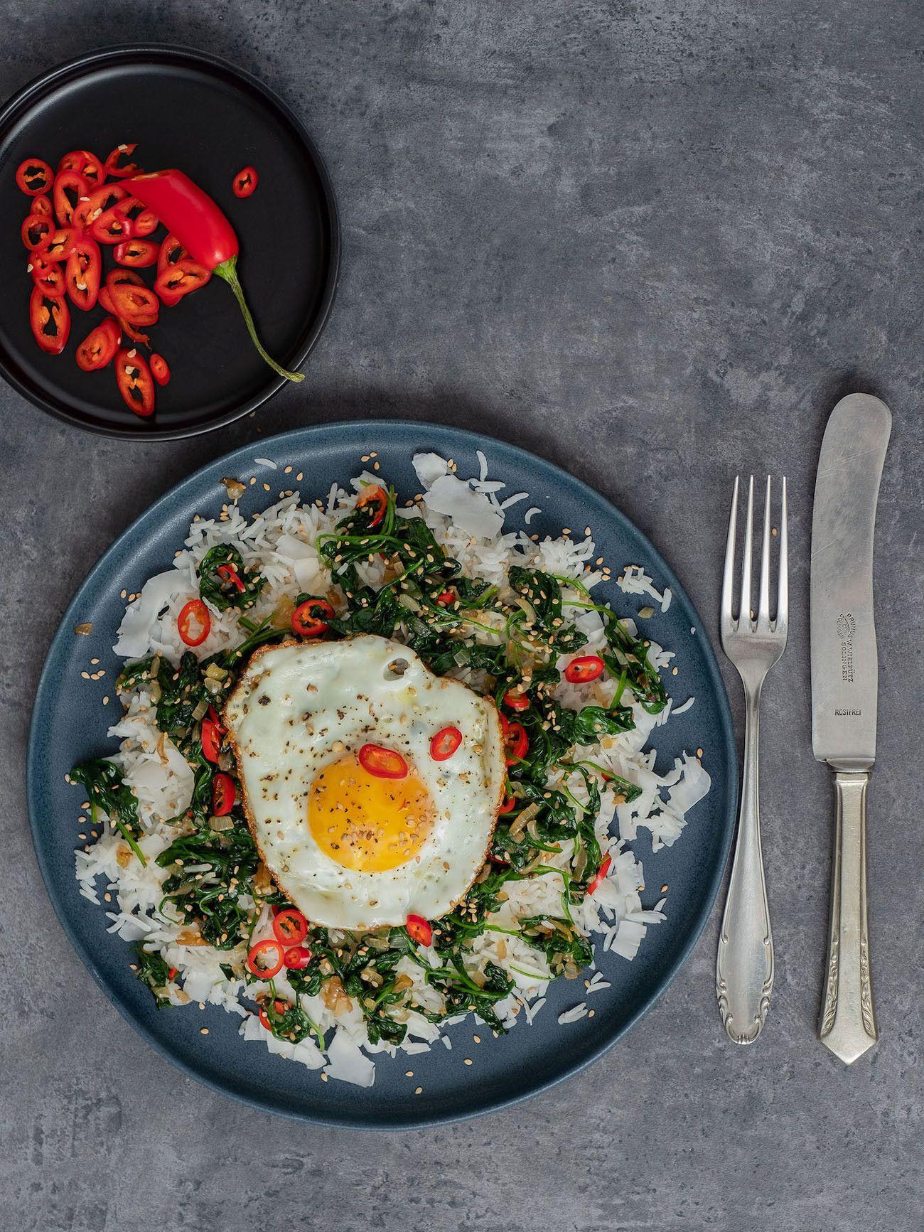 Foodblog About Fuel, Rezept Kokosreis mit Sesam-Spinat und Spigelei, Chili, Messer, gabel