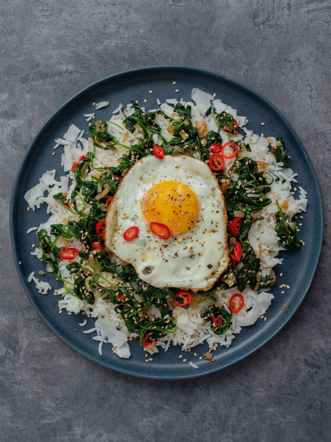 Foodblog About Fuel, Rezept Kokosreis mit Sesam-Spinat und Spigelei, Chili, Sesamsamen