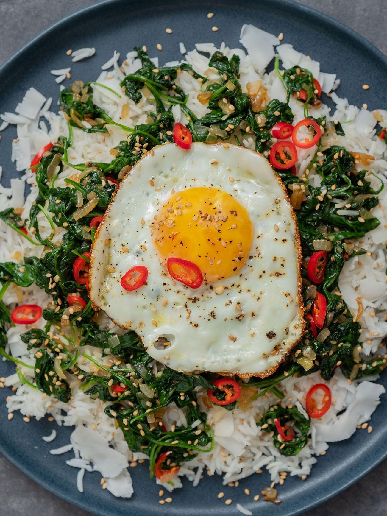 Foodblog About Fuel, Rezept Kokosreis mit Sesam-Spinat und Spigelei, Chili, Teller