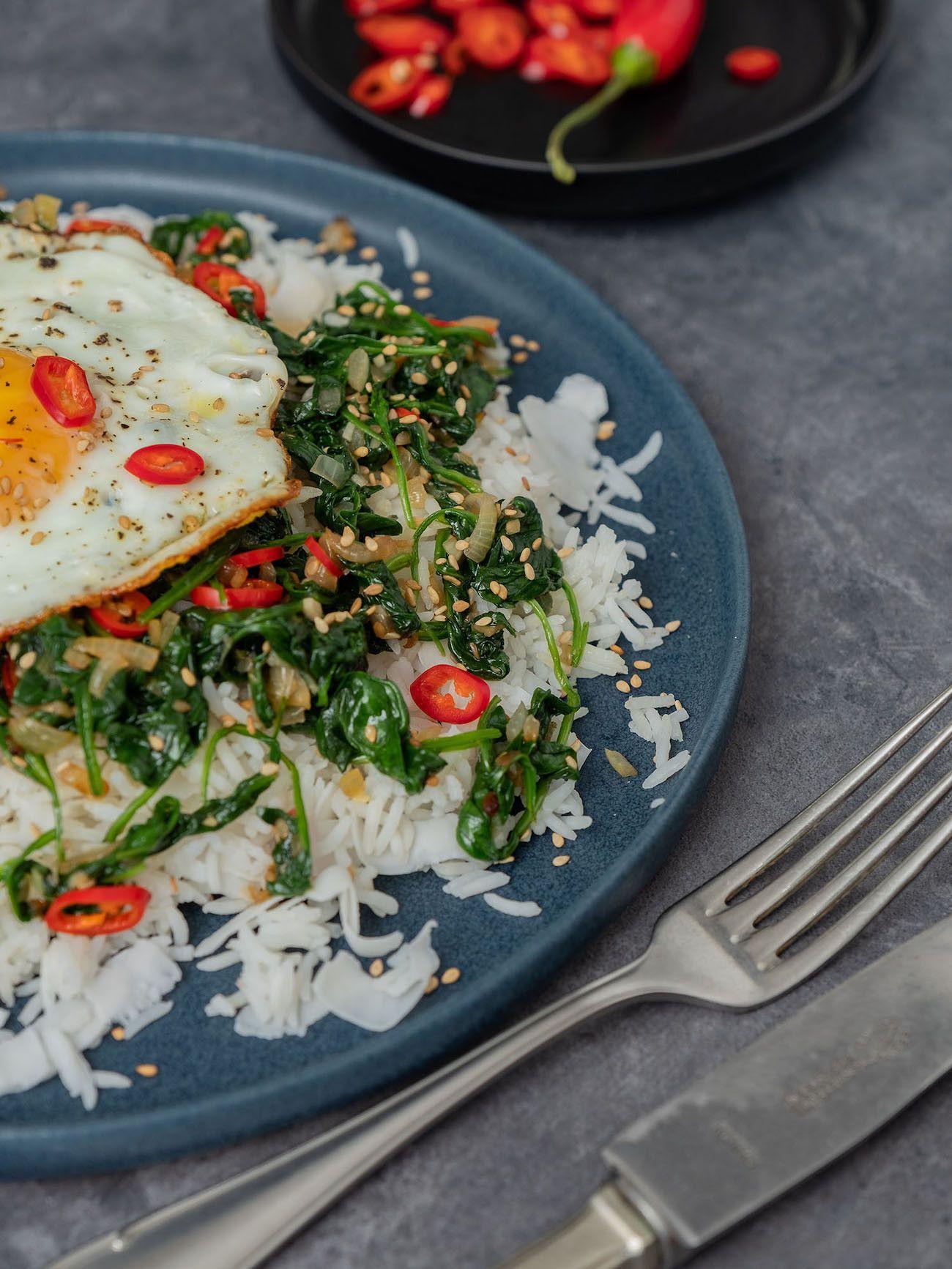 Foodblog About Fuel, Rezept Kokosreis mit Sesam-Spinat und Spigelei, Gabel, Chili, Messer