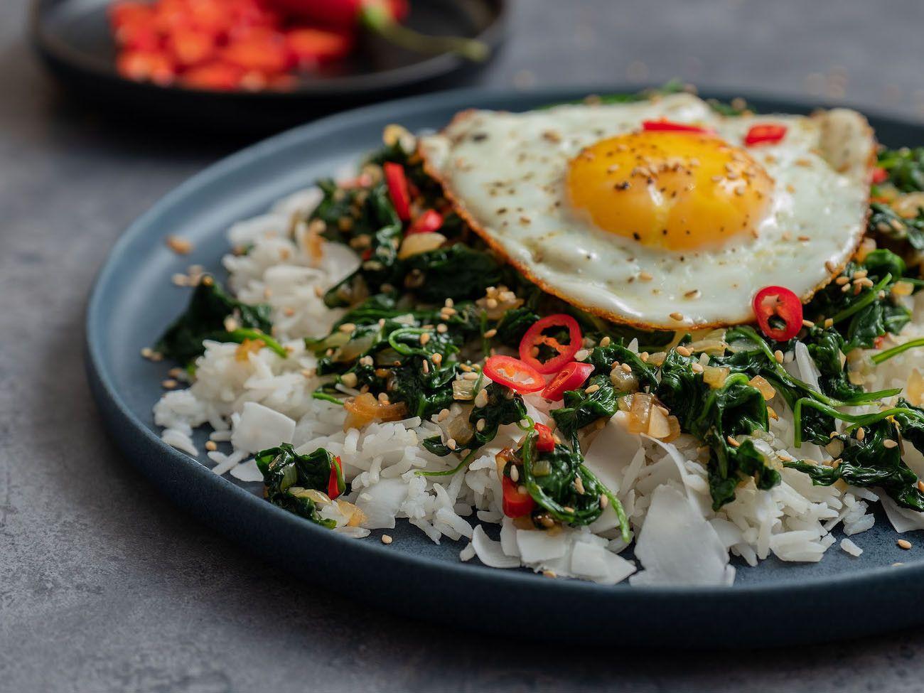Foodblog About Fuel, Rezept Kokosreis mit Sesam-Spinat und Spigelei, Kokosflocken, Chili