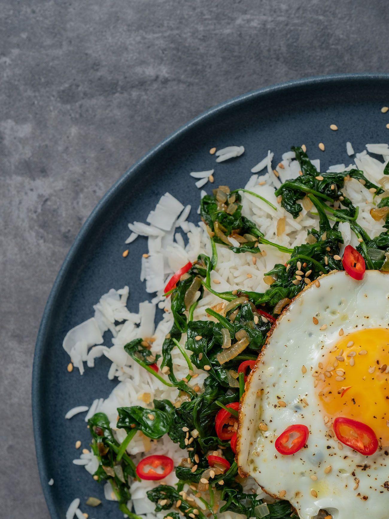 Foodblog About Fuel, Rezept Kokosreis mit Sesam-Spinat und Spigelei, Kokosflocken, Teller