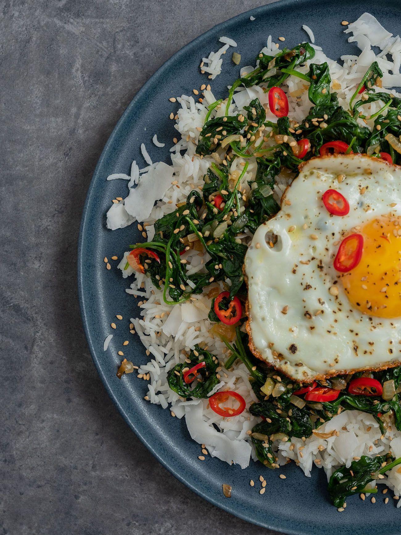 Foodblog About Fuel, Rezept Kokosreis mit Sesam-Spinat und Spigelei, Sesamsamen, Chili