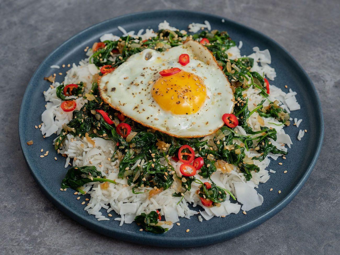 Foodblog About Fuel, Rezept Kokosreis mit Sesam-Spinat und Spigelei, Teller, Chili