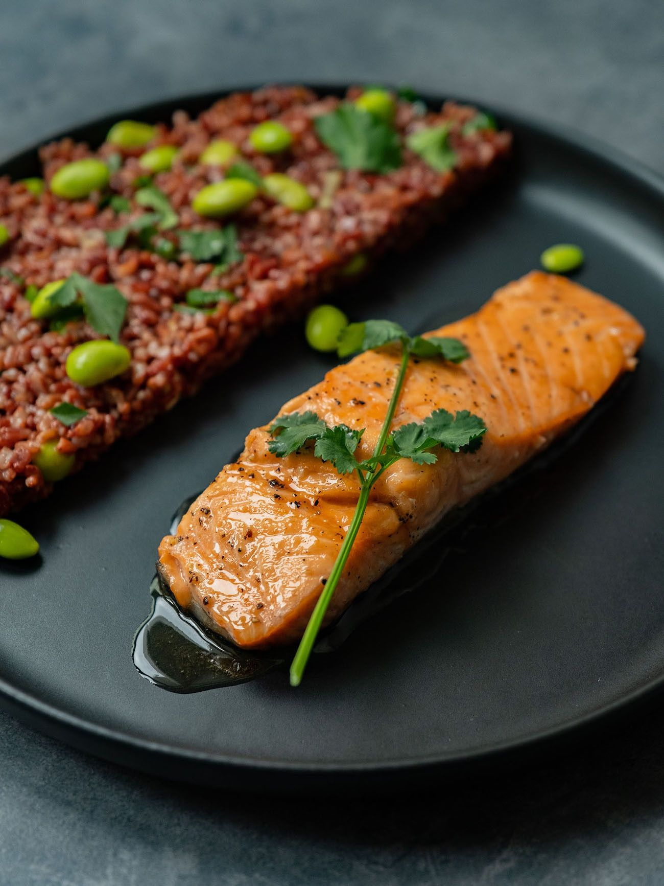 Foodblog About Fuel, Rezept Roter Reissalat mit Edamame und Ahornsirup Lachs, Fischfilet, Lachs, Koriander