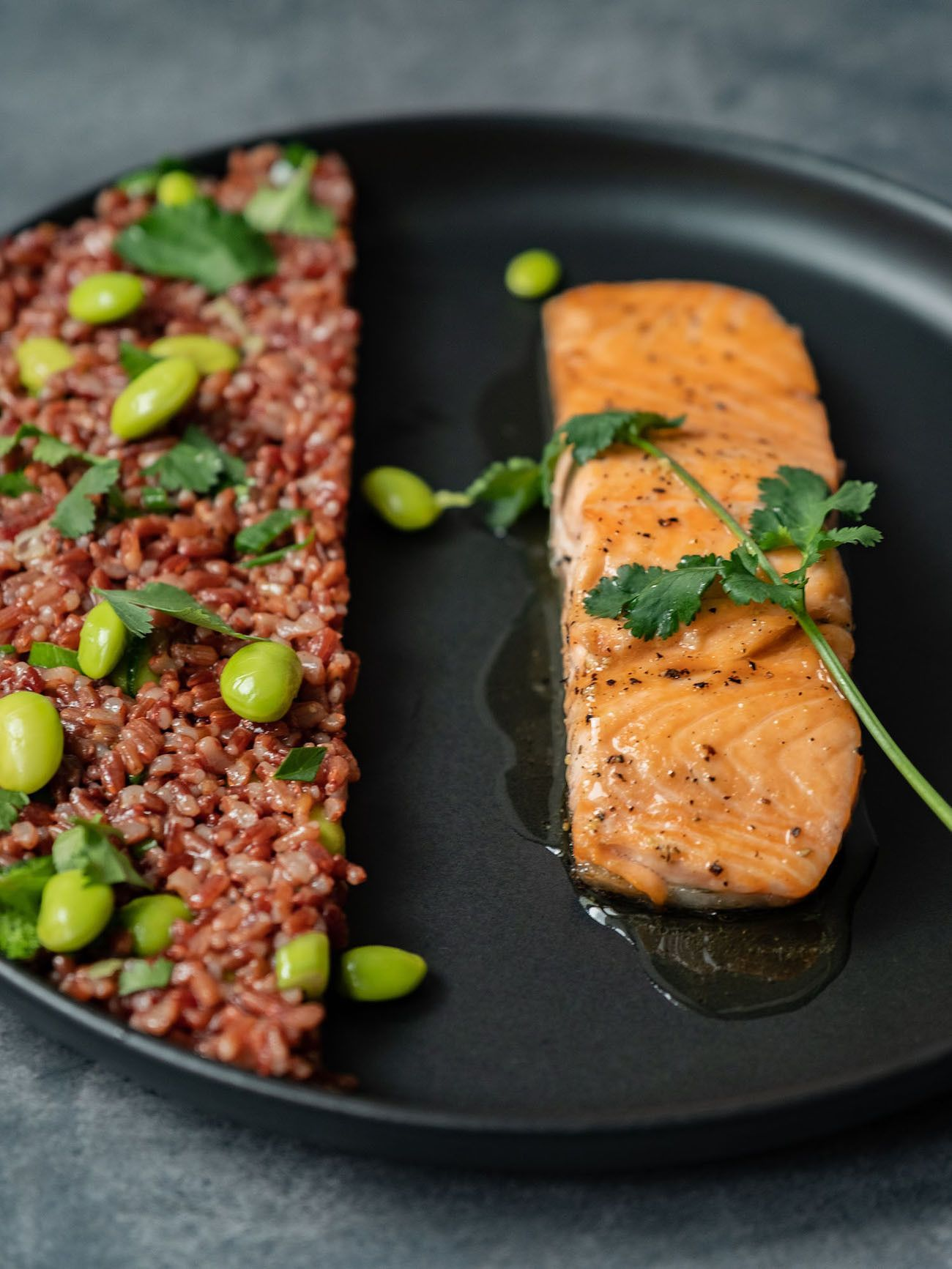 Foodblog About Fuel, Rezept Roter Reissalat mit Edamame und Ahornsirup Lachs, Fischfilet