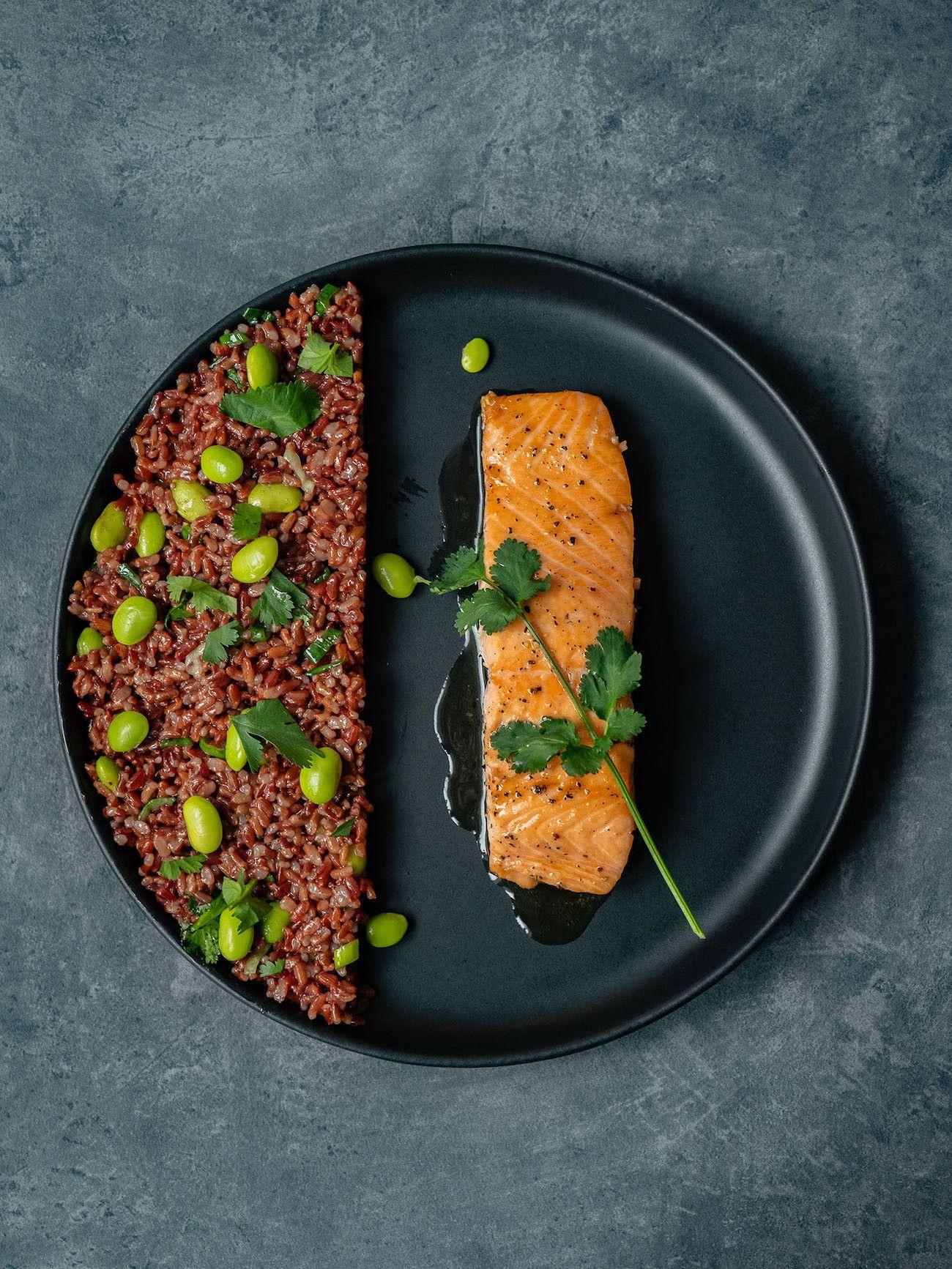 Foodblog About Fuel, Rezept Roter Reissalat mit Edamame und Ahornsirup Lachs, Koriander, Teller, Lachsfilet