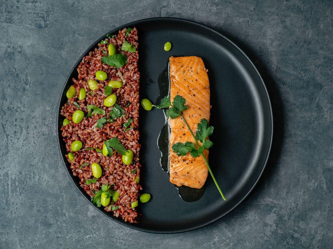 Foodblog About Fuel, Rezept Roter Reissalat mit Edamame und Ahornsirup Lachs, Koriander