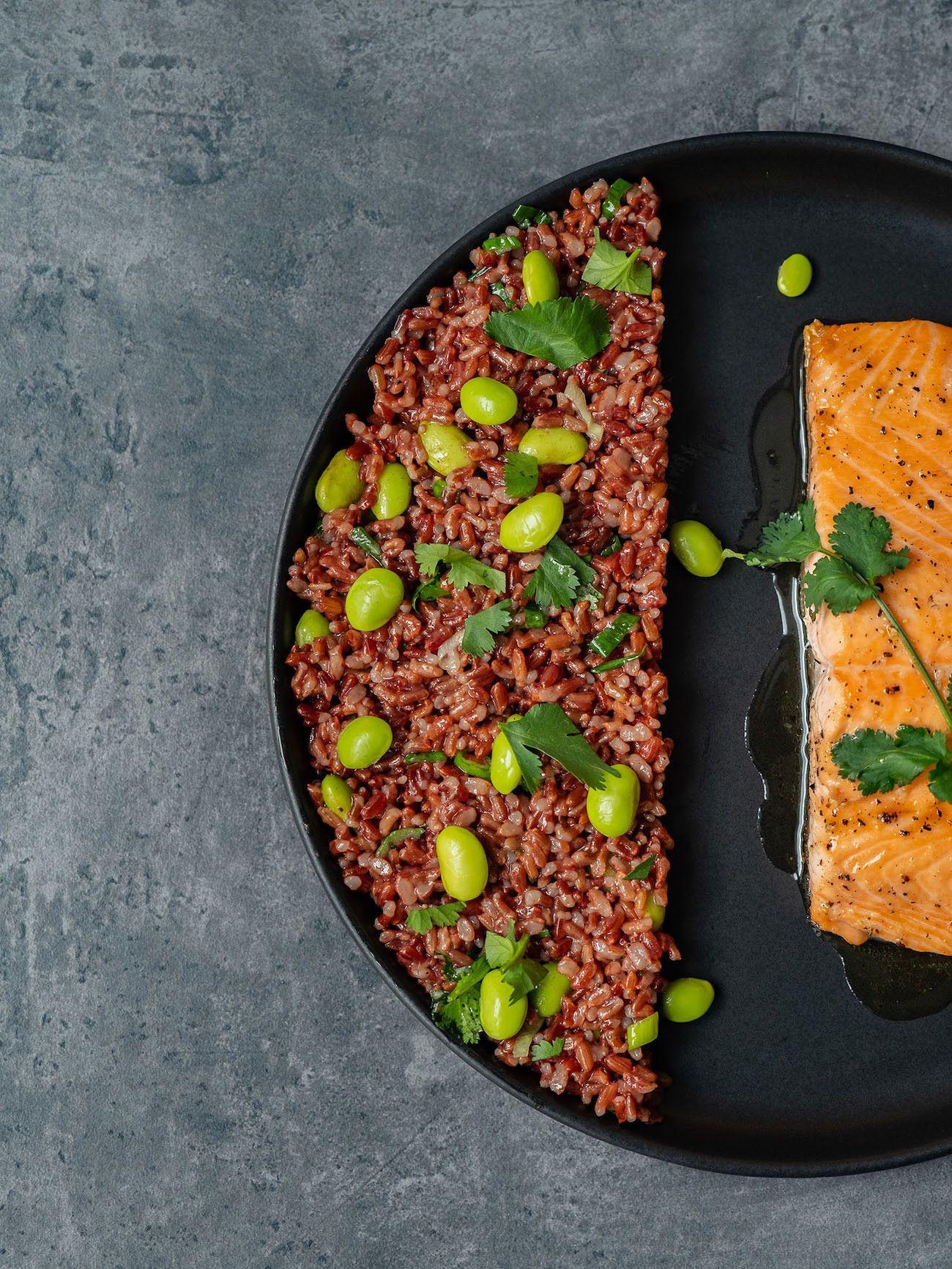Foodblog About Fuel, Rezept Roter Reissalat mit Edamame und Ahornsirup Lachs, Lachsfilet, Teller