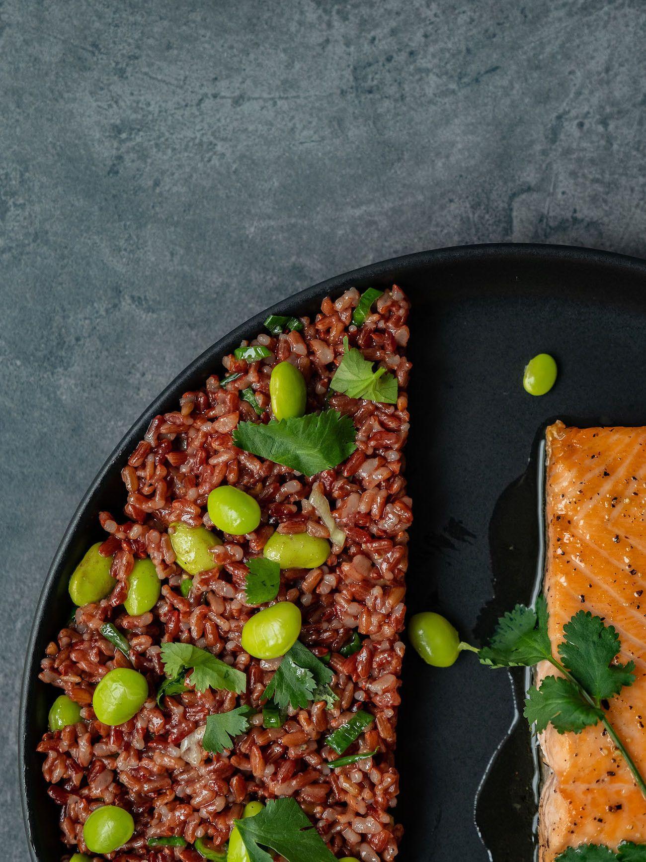 Foodblog About Fuel, Rezept Roter Reissalat mit Edamame und Ahornsirup Lachs, Teller, Koriander, Salat, gesund