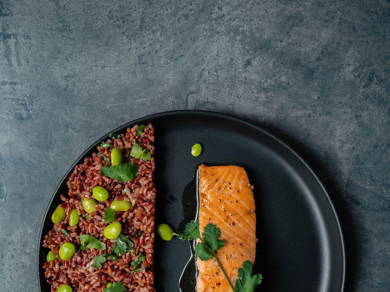 Foodblog About Fuel, Rezept Roter Reissalat mit Edamame und Ahornsirup Lachs, Teller, Koriander