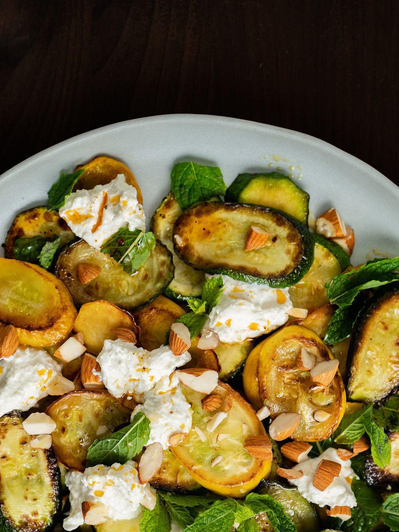 Zucchinisalat mit Ricotta, Mandeln und Minze, Pfeffer