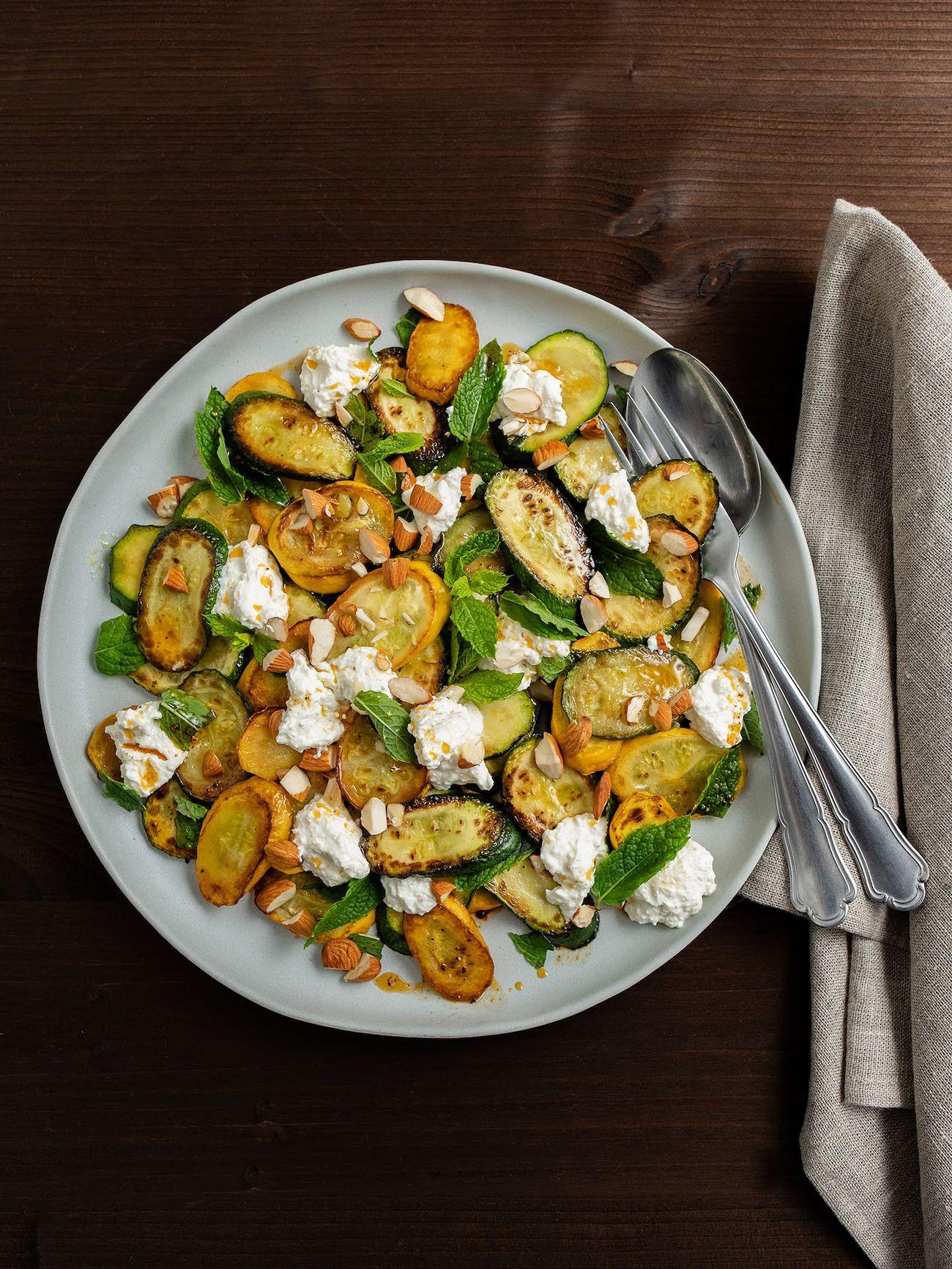 Zucchinisalat mit Ricotta, Mandeln und Minze, Serviette, Besteck
