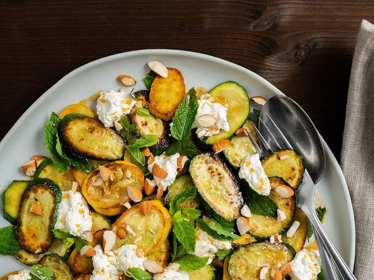 Zucchinisalat mit Ricotta, Mandeln und Minze, Serviette, Olivenöl, Pfeffer