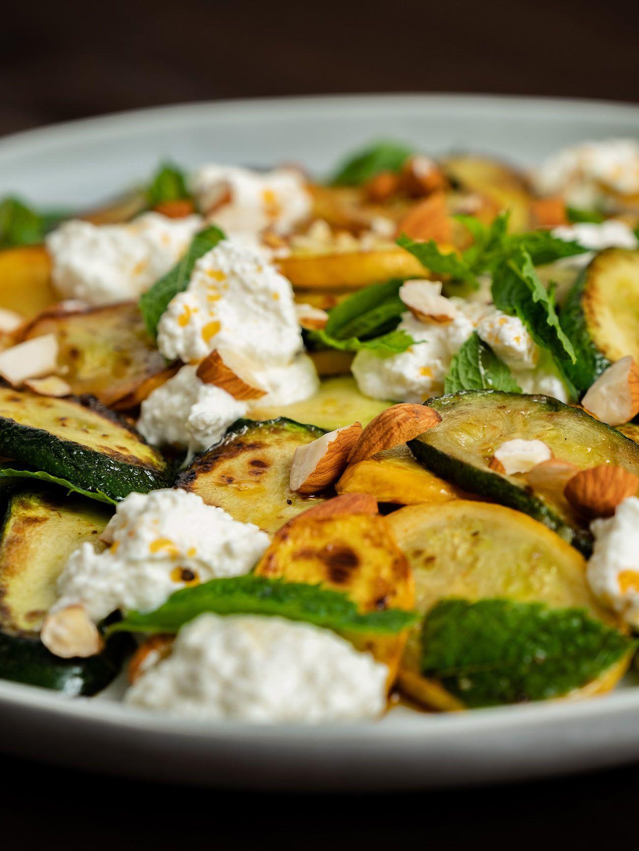 Zucchinisalat mit Ricotta, Mandeln und Minze, Teller, Olivenöl