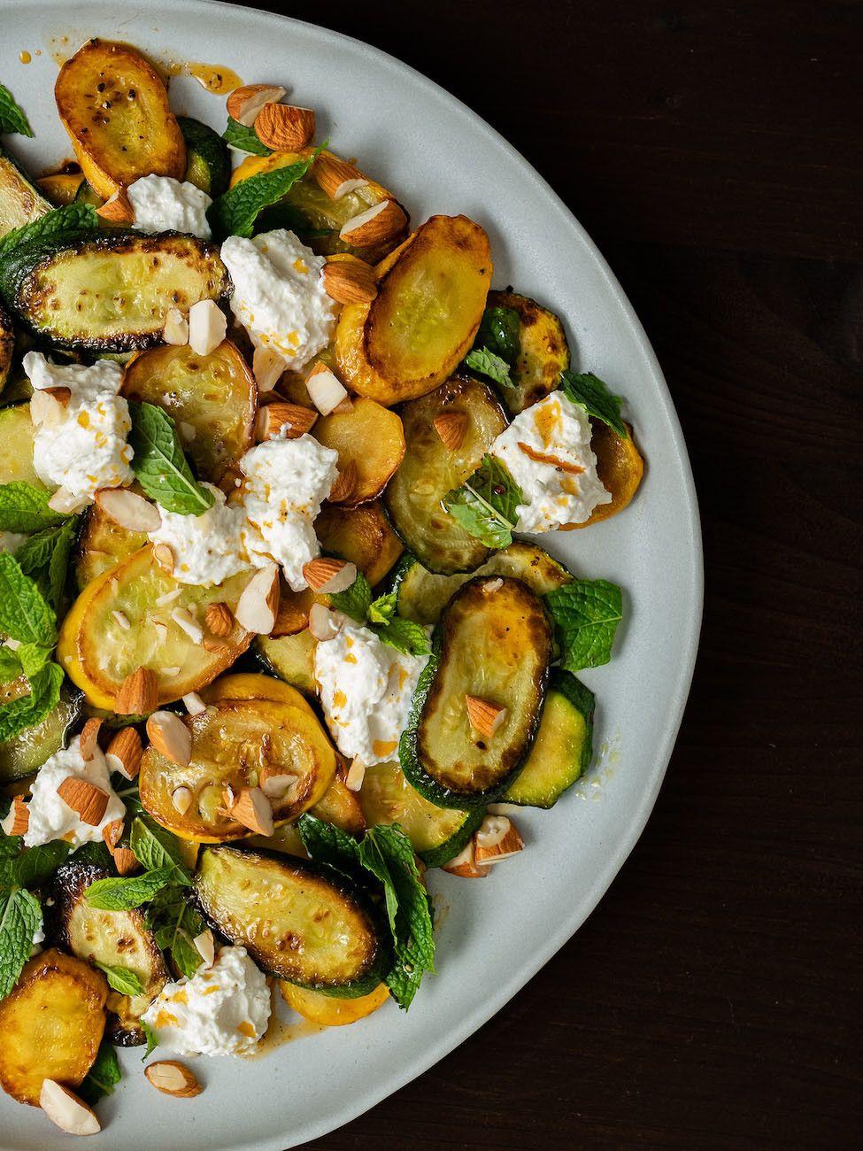 Zucchinisalat mit Ricotta, Mandeln und Minze, Teller