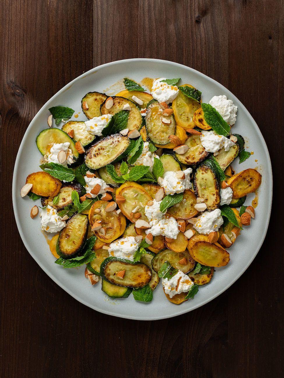 Zucchinisalat mit Ricotta, Mandeln und Minze, Zitronensaft, Olivenöl